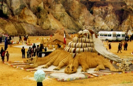 Dennis' 2002 artwork featuring a dragon in the Gobi Desert, China. Source: Dennis working on a sculpture commissioned by Qantas. Source: http://sandinyoureyes.com